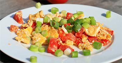 1_Ruehrei-mit-Tomaten-und-Fruehlingszwiebeln-400