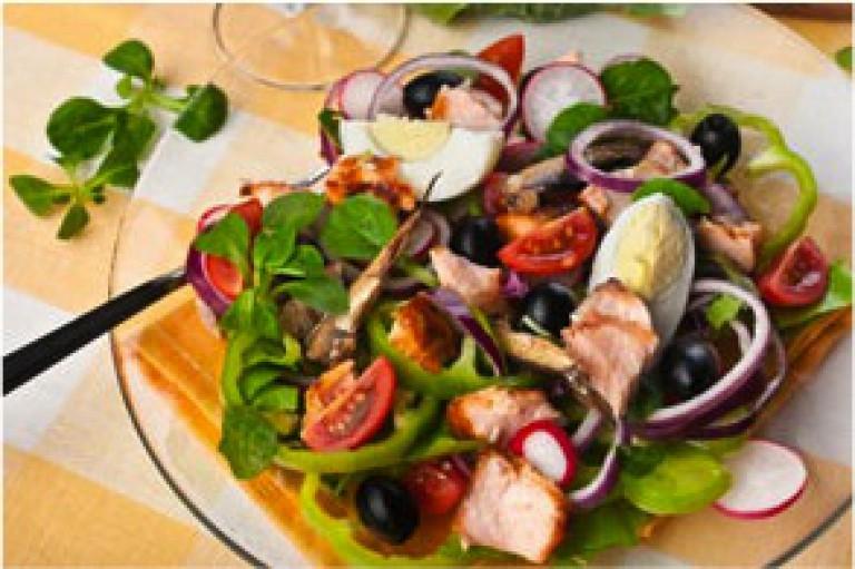Feldsalat mit Thunfisch, Zwiebel und Ei