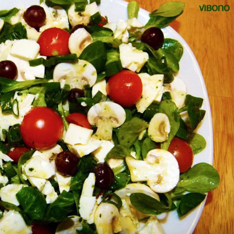 Feldsalat mit Minitomaten, Champignons, Trauben und Schafskäse