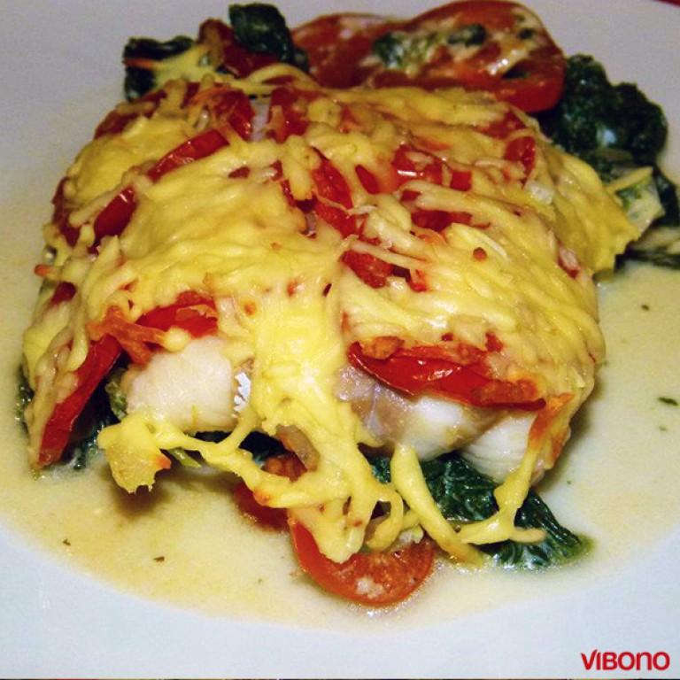 Kabeljau auf Tomaten und Blattspinat mit Käse überbacken