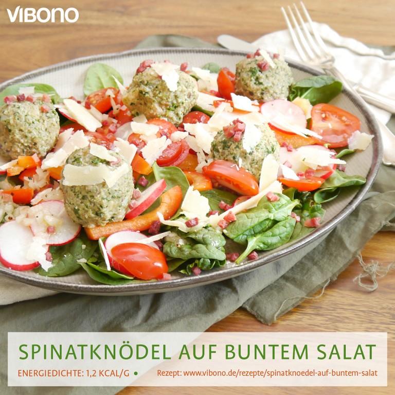 Spinatknödel auf buntem Salat