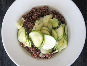 Roter Quinoa mit Zitronen-Zucchini-Soße