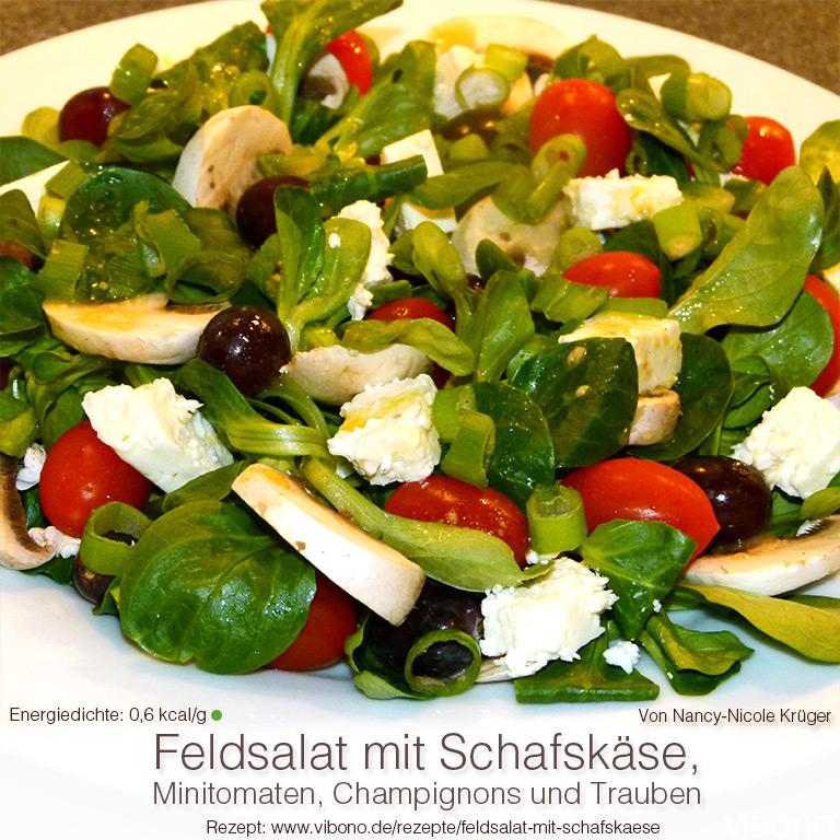 Feldsalat mit Schafskäse, Minitomaten, Champignons und Trauben