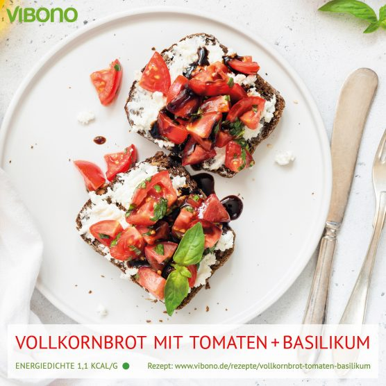 Vollkornbrot mit Tomaten und Basilikum